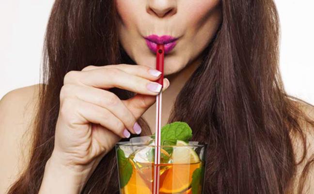 Las 4 preocupantes razones por las que no deberías beber con pajita