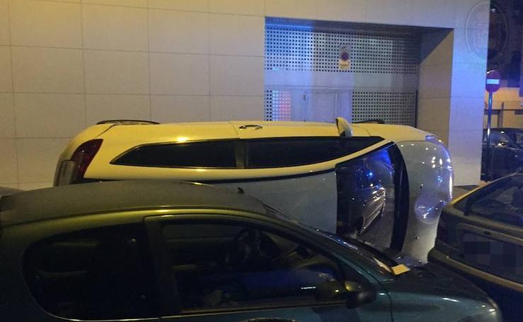 Las imágenes de un coche volcado en Granada que sorprenden en Twitter