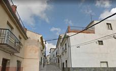 Rescatan a un joven encerrado en el baño de una casa en llamas en Alcaudete