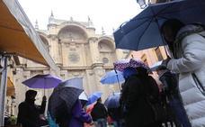 Domingo de paraguas a la espera de una 'tregua' a las cuatro de la tarde