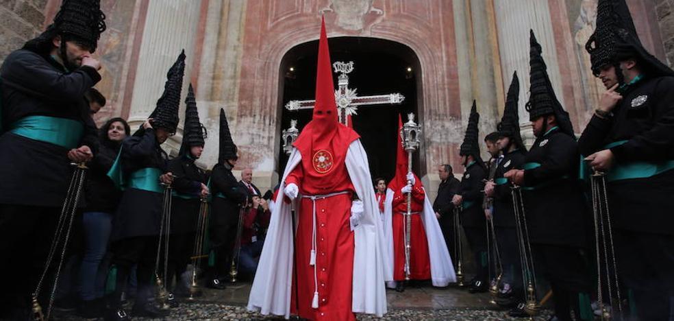 Granada recibe con pasión y lluvia a su Semana Santa