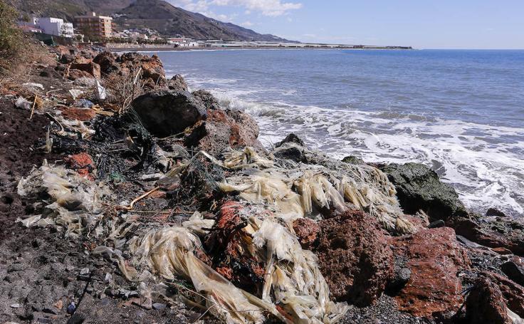 Los restos de los invernaderos demolidos inundan la playa de El Pozuelo