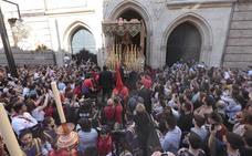 Una multitud arropa al Cristo de los Gitanos y a la Virgen del Sacromonte