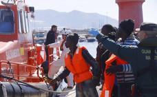 Salvamento rescata a 34 hombres de una patera y busca otra