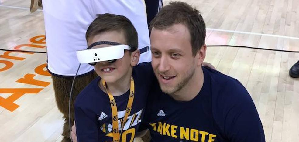 El ex del CB Granada Joe Ingles regala unas gafas especiales a un pequeño fan para que pueda ver