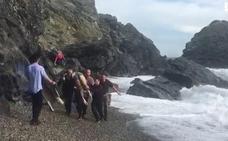Rescatan a dos nadadores en Almuñécar que no podían salir del agua por el fuerte oleaje