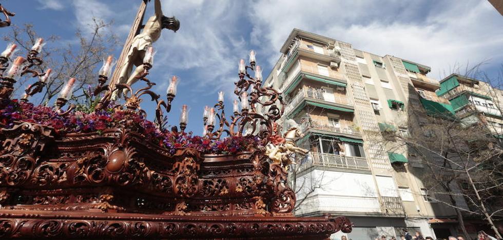 Lanzan varios objetos al paso del Cristo de los Salesianos de Granada