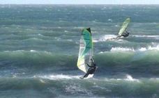 Rescatan a un windsurfista arrastrado mar adentro tras romperse la vela en Motril