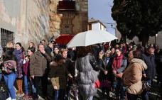 Los Favores decide salir a la calle a pesar del cambiante tiempo