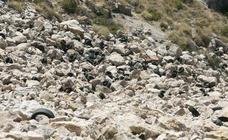 Diseñan una operación para retirar cientos de neumáticos de los acantilados de Castell