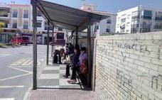 Critican que la parada de autobús de Salobreña sea «un banco sucio»