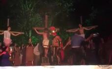 El sorprendente vídeo de un hombre que ataca a un actor para salvar a Jesucristo de la cruz en Viernes Santo