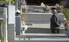 Una mujer cae a una tumba de varias alturas y se golpea contra el ataúd