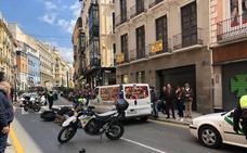 Heridos graves un motorista y un peatón en un accidente en Reyes Católicos