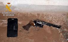 Dispara 12 veces con un revólver calibre 38 a una mujer y su hijo en Chauchina