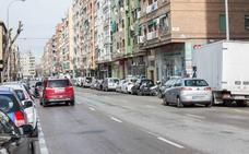 Una colisión entre un coche y una moto deja una persona herida en la calle Arabial de Granada