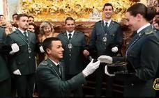 Un guardia civil pide matrimonio a una futura agente ante la Virgen del Amor Hermoso de Linares