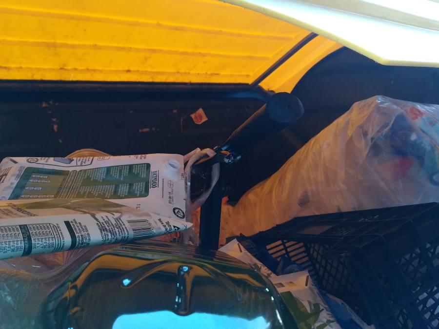 Una bicicleta de alquiler de Granada acaba dentro de un contenedor