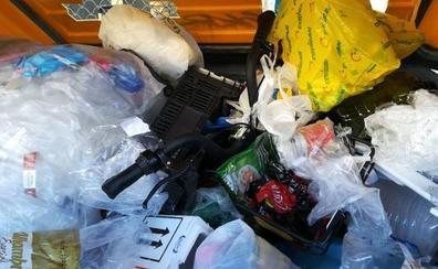 La última 'salvajada' con una bici de alquiler en Granada: dentro del contenedor amarillo