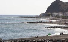 La Guardia Civil detiene a 24 inmigrantes en la playa de La Mamola