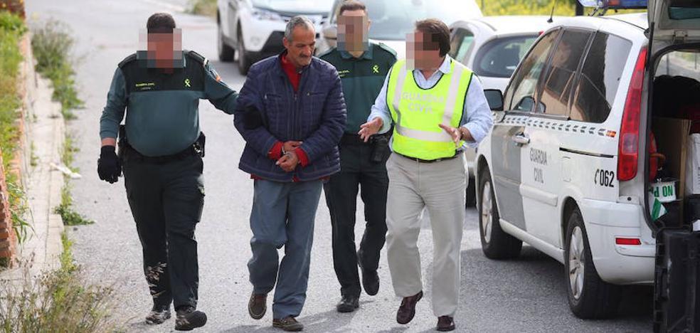La Guardia Civil lleva a los dos detenidos por el homicidio del bebé al domicilio para efectuar un registro