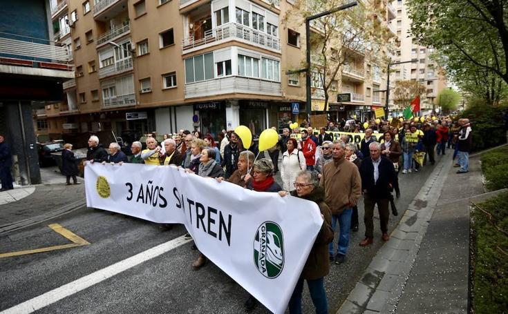 Granada alza la voz por los tres años sin tren