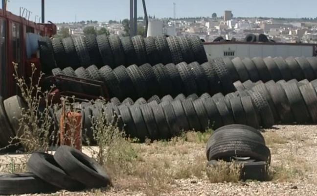 La Fiscalía 'verde' denuncia al cementerio de neumáticos junto a Mengíbar