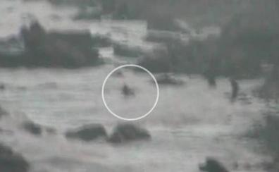 Un guardia civil se juega la vida para rescatar a una inmigrante tras zozobrar una embarcación