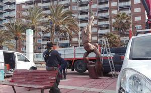 El Ayuntamiento de Almería instala un acróbata gigante en el paseo marítimo