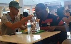 El mundo se conmueve ante el bonito gesto de este empleado de un restaurante