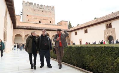 El director Guillermo del Toro, «fascinado» en su visita sorpresa la Alhambra de Granada