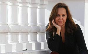 María Dueñas: «Al lector es imposible pegársela»
