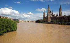 La preocupante crecida del Ebro alarma a Zaragoza