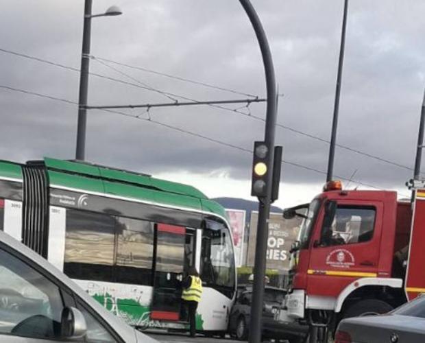 Nuevo accidente entre el metro y un coche./IDEAL