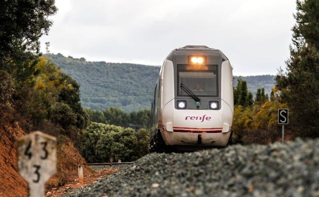 Fomento gasta casi 35.000 euros en dos contratos para el AVE a Granada, descartado por De la Serna