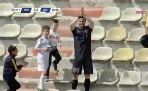 El futbolista que ya es viral: marca y se sube a la grada a aplaudirse