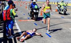 La terrible imagen que indigna al mundo: se desvanece en el maratón y le echan fotos en vez de ayudarle