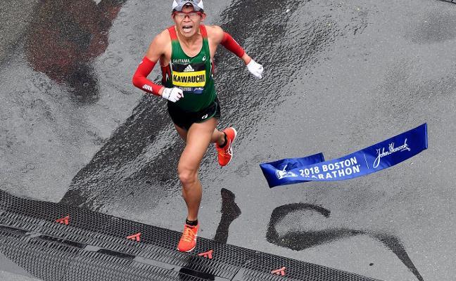 El funcionario que asombra al mundo al ganar una de las maratones más importantes