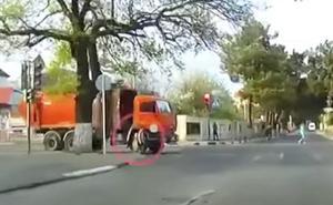 El increíble vídeo de una niña atropellada por un camión que se levanta como si nada