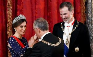 El percance de Letizia con su vestido en plena gala que da la vuelta a España
