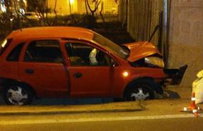 Herido al estrellarse en la rotonda de Neptuno cuando iba para la autovía en Granada