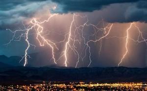 ¿Por qué jamás debes ducharte ni lavar los platos durante una tormenta?