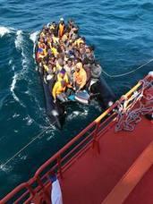 Trasladan al puerto de Almería a los 53 ocupantes de una patera