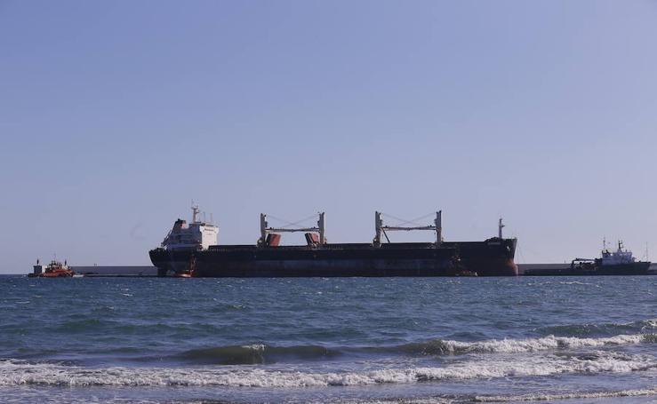El Puerto de Motril cierra tres horas por la salida del polémico 'Cheshire' a remolque