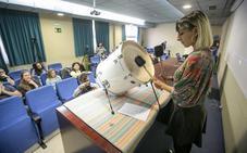 La cíborg Moon Ribas fusiona el arte y los terremotos en la Universidad de Granada