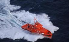 Trasladan a Almería y Motril a 109 personas de dos pateras en el mar de Alborán
