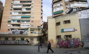 La plaza de Granada en la que 'florecen' los grafitis