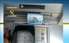 La Guardia Civil alerta del nuevo timo en los cajeros automáticos: «Nunca lo hagas»