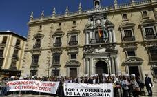 La Abogacía de Granada se concentra para reivindicar una dignificación de la profesión