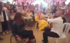 Las emotivas sevillanas de una mujer en silla de ruedas en la Feria de Abril que son virales